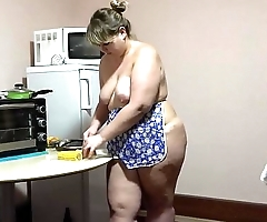 Lesbian cooks and then pushes corn in his girlfriend ass